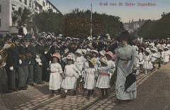 Gleiche Stelle, anderes Jahr, andere Mitwirkende: Ein Mädchenklasse 1912 auf dem Burggraben.