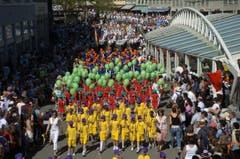 Kinderfest 2005: Der Umzug auf dem Bohl. Das gediegene Weiss wird zunehmend von bunten Farben verdrängt. Das wird von älteren Kinderfestbesucherinnen und -besuchern in jenen Jahren teils auch lautstark beklagt. (Bild: Ralph Ribi)