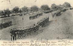 Die Kadetten beim Manöver auf einer Ansichtskarte von 1905. Vorne die Infanterie in einer kompakten, dannzumal bereits veralteten Formation. Im Hintergrund vor den Bäumen die Artillerie.