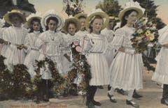 Eine schöne Studie zur Kinderfestmode auf einer 1909 gelaufenen Ansichtskarte. Man beachte die Blumengirlande, die mitgetragen wird.