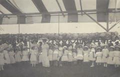 Eine Mädchengruppe ganz in weiss um 1913 auf dem Kinderfestplatz.