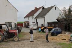 """Welzel (links) wird von seinem """"Nachmieter"""" Janusz Kwiek durch den ehemaligen Hof seiner Familie geführt."""