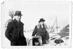 Alfred und Erna Welzel posieren mit ihrem Sohn Manfred für das Familienalbum. Die Aufnahme stammt vermutlich aus dem Winter 1940/41.
