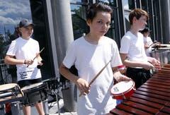 Impressionen vom Blasmusikfestival. Im Bild: Junior Percussion Ensemble auf dem Dorfplatz. Bild: Werner Schelbert (Zuger Zeitung)