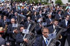 Die Marschmusik im Dorf mit der Musikgesellschaft Hünenberg. Bild:Werner Schelbert (Zuger Zeitung)