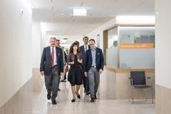 Einweihung des Spital Wattwil: Regierungsrätin Heidi Hanselmann und Regierungsrat Marc Mächler lassen sich das neue Spital zeigen. (Bild: Ralph Ribi)