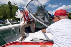 Wasserflieger und ihre Fans treffen sich in Hergiswil. Pilot Alex Kollep steigt aus deinem Flugzeug. (Bild: Eveline Beerkircher, 2. Juni 2018)