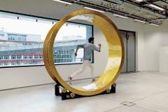 Sarah Hepps «Tretmühle» darf in der Ausstellung betreten werden. (Bild: Brigham Baker/PD)
