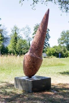 """... mit seiner Kalkstein-Skulptur """"Dorn""""."""