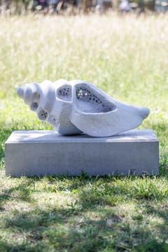 """... mit ihrer Marmor-Skulptur """"Zahn der Zeit""""."""
