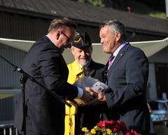 Landammann Roger Nager (links) schenkte Landratspräsident Peter Tresch einen Früchtekorb. (Bild: Urs Hanhart (Göschenen, 20. Juni 2018))