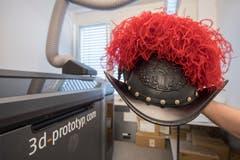 So sieht der schwarze Helm der Schweizergarde aus - frisch gedruckt von der Stanser Firma 3D-Prototyp GmbH. (Bilder: Keystone/Urs Flüeler, 18. Juni 2018)