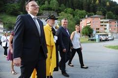 Landratspräsident Peter Tresch (Zweiter von rechts) mit Landammann Roger Nager, Landweibel Karl Kempf und seiner Frau Patrizia auf dem Weg zum Bahnhofbuffet, wo den Gästen ein Znacht serviert wurde. (Bild: Urs Hanhart (Göschenen, 20. Juni 2018))