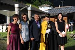 Landratspräsident Peter Tresch (Mitte) mit Landweibel Karl Kempf (Zweiter von rechts) und seiner Familie: Tochter Fabienne, Ehefrau Patrizia und Tochter Fleur (von links). (Bild: Urs Hanhart (Göschenen, 20. Juni 2018))
