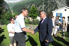 Ständerat Josef Dittli (links) gratuliert Peter Tresch zu dessen Wahl zum Urner Landratspräsidenten. (Bild: Urs Hanhart (Göschenen, 20. Juni 2018))