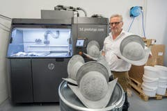 Marcus Risi, Inhaber der 3D-Prototyp GmbH, präsentiert in seiner Stanser Firma die neuen Helme.