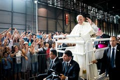 Die Gläubigen jubeln dem Papst zu (Bild: Jean-Christophe Bott / Keystone)
