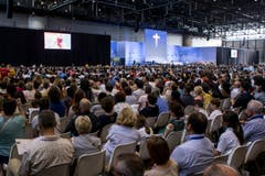 Gläubige verfolgen die Messe (Bild: Alexandra Wey / Keystone)