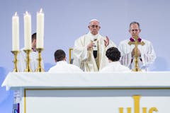 Papst Franziskus zelebriert die Messe (Bild: Martial Trezzini / Keystone)