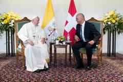 Der Papst und Bundespräsident Alain Berset im Gespräch. (Bild: Keystone/Pool/Peter Klaunzer)