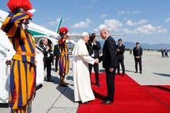 Am Morgen wurde Papst Franziskus wird von Bundespräsident Alain Berset am Flughafen Genf empfangen. (Bild: Peter Klaunzer / Keystone)