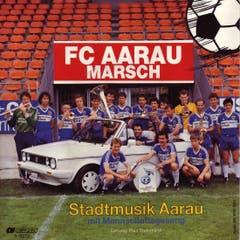 Das Lied für den FC Aarau von der Stadtmusik Aarau mit Mannschaftsgesang von 1986. Im Auto ist Trainer Ottmar Hitzfeld zu sehen.