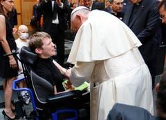Der Papst begrüsst nach dem ökumenischen Gebet ein Kind im Rollstuhl (Bild: KEYSTONE/REUTERS POOL/Denis Balibouse)