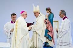Papst Franziskus mit Bischof Charles Morerod. Bild: Jean-Christoph Bott / Keystone