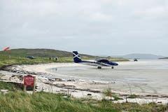 Die Plätze in den Propellermaschinen sind rar – und es gibt keine Piste auf der Insel Barra: Die Flieger starten und landen bei Ebbe im nassen Sand.
