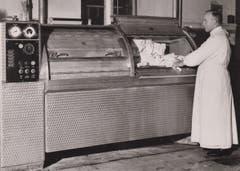 Bruder Wilhelm an der Waschmaschine.
