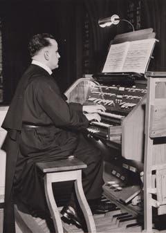Bruder Basilius an der Orgel.