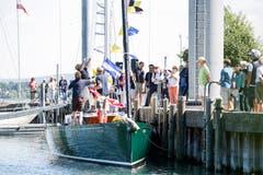 Viele Segelfreunde verfolgten den Stapellauf der «Yamila - Now or Never» am Freitag am Bootshafen Seegarten. (Bilder: Donato Caspari)