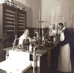 Bruder Adolf mit einem Helfer in der Apotheke.
