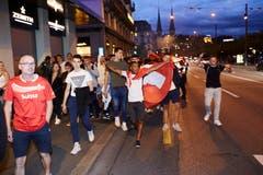 Jubelnde Fans ziehen durch die Strassen. (Bild: Jakob Ineichen, Luzern, 22. Juni 2018)