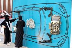 Arabische Frauen erhalten an den Infotagen nicht nur Fahrtipps, sondern auch allerlei andere Informationen über Autos. Bild: Ahmed Yosri/EPA (Riyadh, 21. Juni 2018)