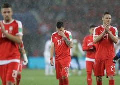 Nun auch ncoh Regen: Spieler Serbiens nach dem Ende der Partie (Bild: AP Photo/Matthias Schrader)
