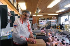 Ferdi Muheim mit Russland-Jacke in seiner Metzgerei in Andermatt. (Urs Hanhart, 8. Juni 2018)