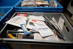 Eine Kiste gefüllt mit den verschiedensten Karten.