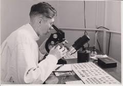 Bruder Salesius im Labor.