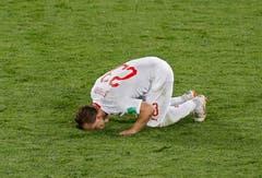 Xherdan Shaqiri küsst den Rasen nach seinem Goal, das der Schweiz den Sieg brachte (Bild: AP Photo/Antonio Calanni)