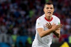 Granit Xhaka, der das erste Goal für die Schweiz holte, macht die umstrittene Geste ebenfalls (KEYSTONE/Laurent Gillieron)