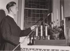 Bruder Ämilian im Kapitelsaal beim Anzünden von Kerzen.