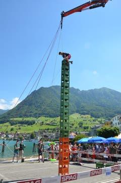 17 Harassen hoch ist der Turm. Die Zuschauer warten gebannt: Gelingt es Gaétan, auf der obersten Harasse aufzustehen?