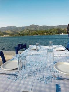 Im Hafen von Argostoli (Kefalonia) tafelt man direkt am Wasser.