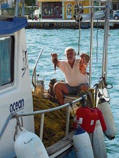 Stolz auf seinen Fang: Fischer in Vathy (Ithaka).