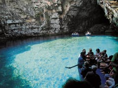 Türkisblaues Wasser und Lichtspiele an den Wänden erwarten die Besucher in der Melissani-Höhle auf Kefalonia. (Bilder: Rita Kohn)