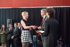 Bildungsdirektor Franz Enderli gratuliert Giacomina Bucher. (Bilder: Izedin Arnautovic (Sarnen, 23. Juni 2018))