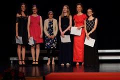 Gemeindepräsidentin Lea Herzog mit den besten fünf Absolventinnen (von links): Sarah Blümli, Katja Moos, Luana Kurmann, Ayla Limacher und Rahel Herzog. (Bild: PD)