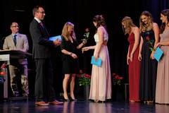 Milena Amhof nimmt eine Rose entgegen. (Bild: PD)