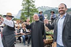Anstossen mit Klosterwinzer Beat Burkhardt (rechts im Bild).